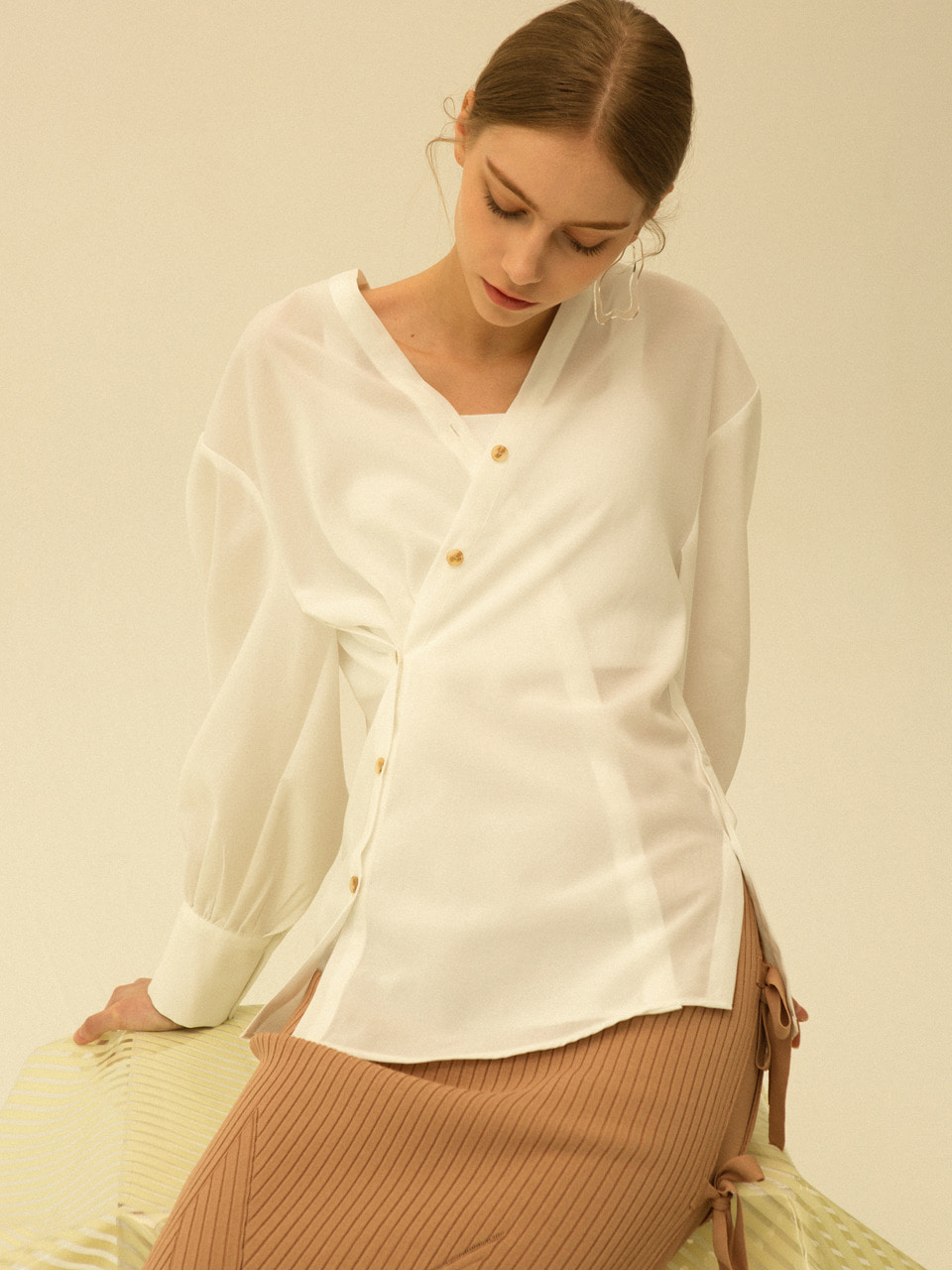 comos'187 V-neck wrap blouse (white)