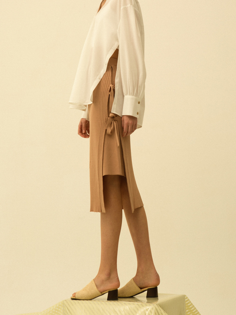 comos'166 long slit ribbon skirt knitwear (beige)